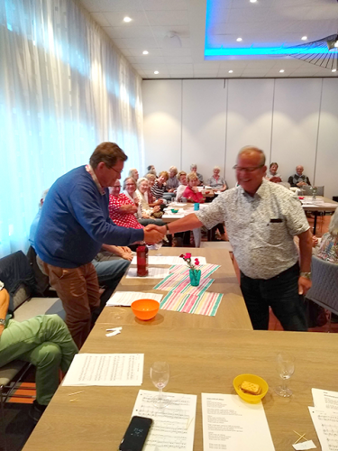 Klaus overhandigd de hoofdprijs aan Cees, een fles Honingrum, beschikbaar gesteld door Hans Zonneveld zijn dochter_02
